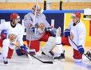 Нападающие сборной России по хоккею Евгений Дадонов (слева) и Вадим Шипачев (справа) и вратарь сборной Илья Сорокин