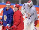 Нападающие сборной России по хоккею Евгений Кузнецов (слева) и Павел Дацюк