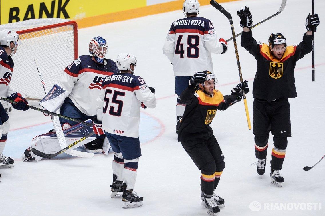 Хоккеисты сборной Германии радуются заброшенной шайбе американцам