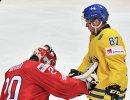 Вратарь сборной Швейцарии Рето Берра (слева) и нападающий сборной Швеции Роберт Росен