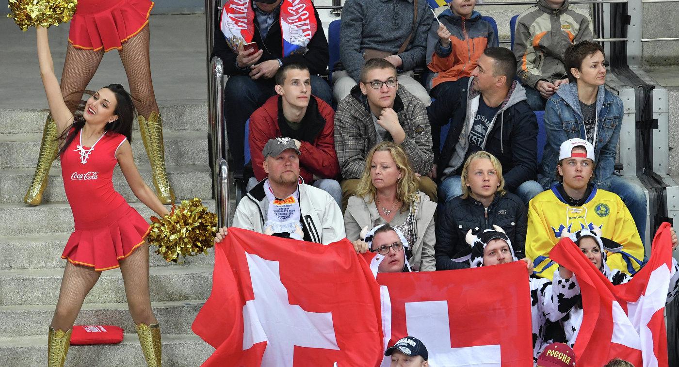 Болельщики в матче чемпионата мира по хоккею Швейцария - Швеция