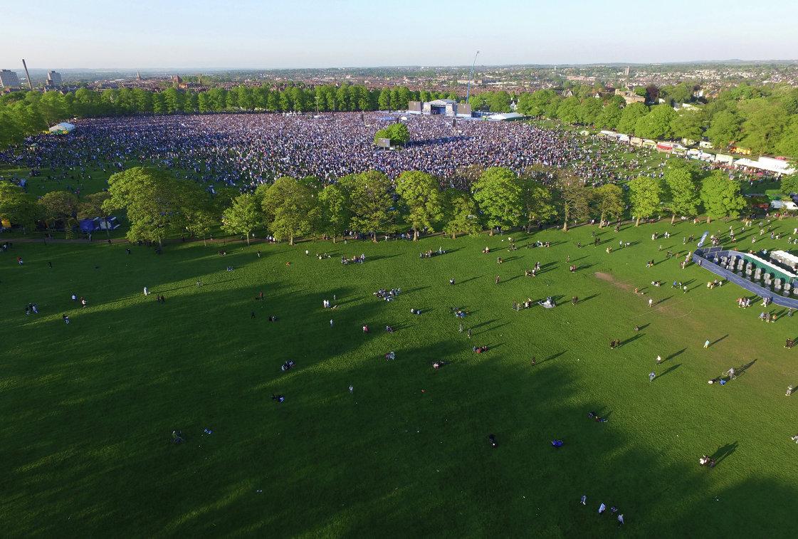 Парк в городе Лестер во время празднования чемпионства местного клуба в английской Премьер-лиге