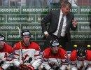 Главный тренер сборной Канады Билл Питерс (на втором плане)