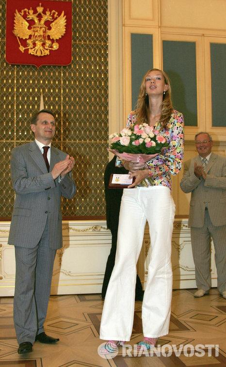 Сергей Нарышкин вручил награду за заслуги в организации работы по патриотическому воспитанию граждан РФ Екатерине Гамовой