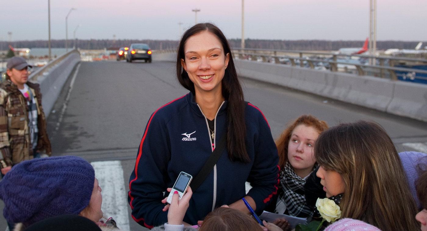 Российская волейболистка Екатерина Гамова общается с поклонниками в московском аэропорту Домодедово