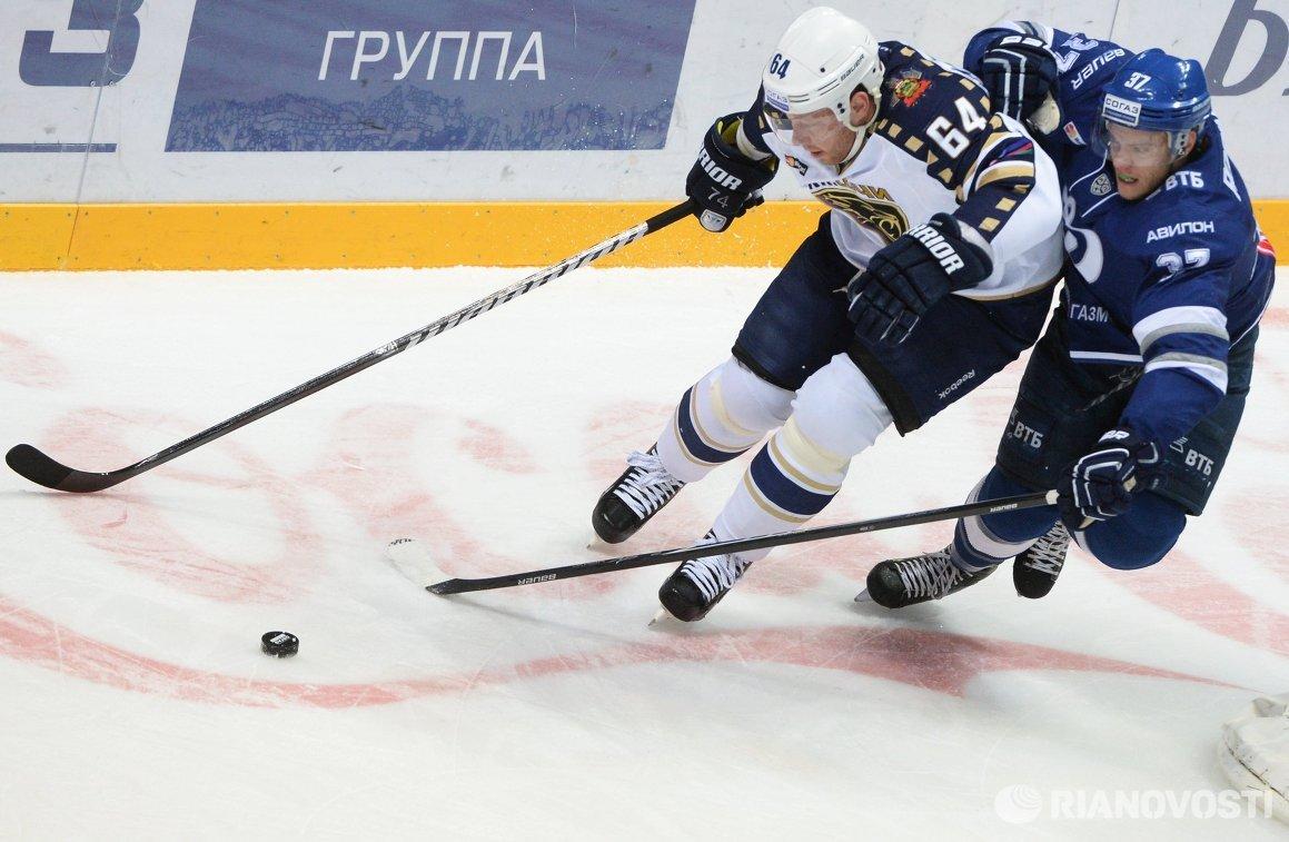 Форвард Сочи Андрей Костицын (слева) и защитник Динамо Мэт Робинсон
