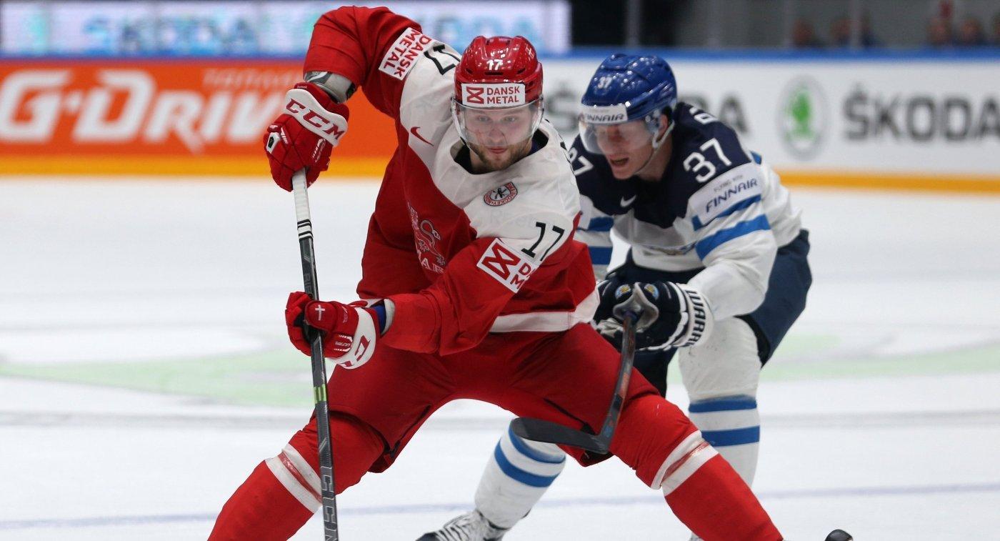 Форвард сборной Дании Никлас Йенсен (слева) и нападающий сборной Финляндии Мика Пюёряля