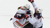 Хоккеисты сборной США радуются победе