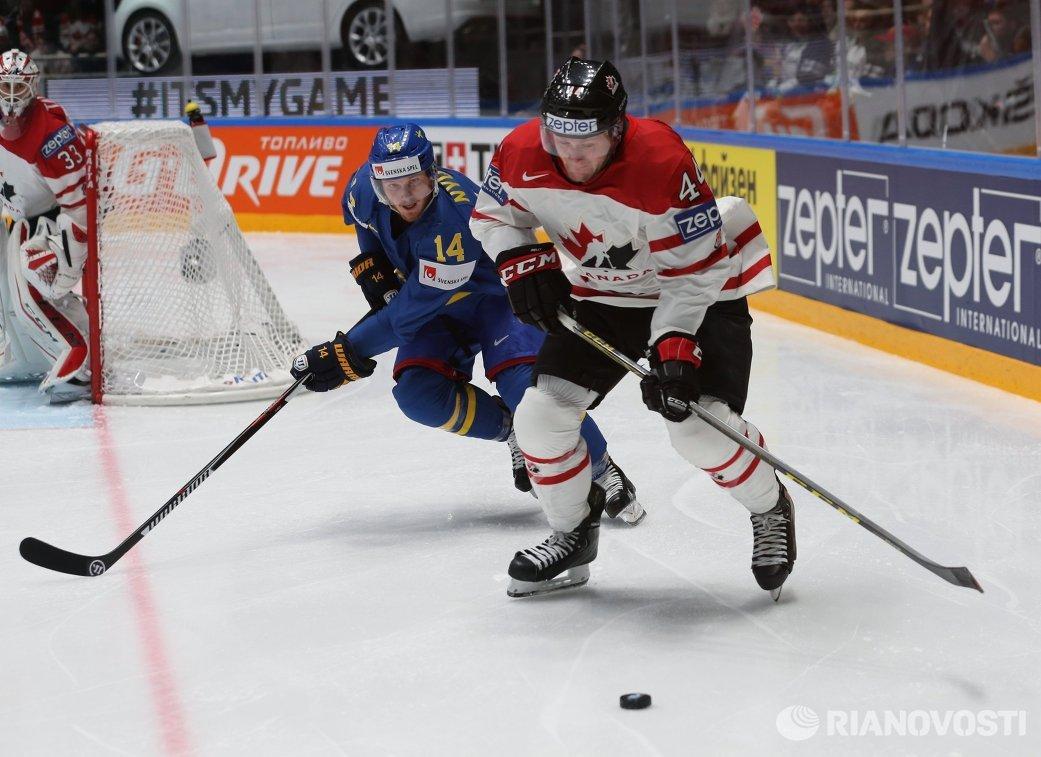 Нападающий сборной Швеции Густав Нюквист и защитник сборной Канады Морган Райлли (справа)