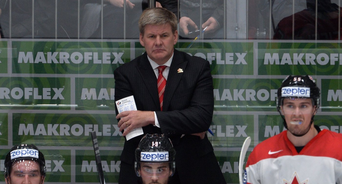 Главный тренер сборной Канады Билл Питерс (в центре)