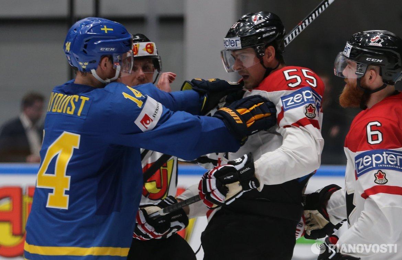 Нападающий сборной Швеции Густав Нюквист (слева) и форвард сборной Канады Марк Шайфли (второй справа)