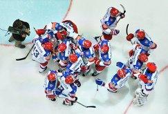 Хоккеисты сборной России радуются победе в матче