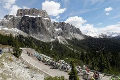 Велогонщики преодолевают путь из Фарра-д'Альпаго в Корвара-ин-Бадия на 14-м этапе Джиро д'Италия