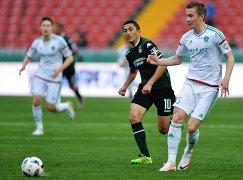 Игрок Краснодара Одил Ахмедов (слева) и игрок Терека Андрей Семёнов