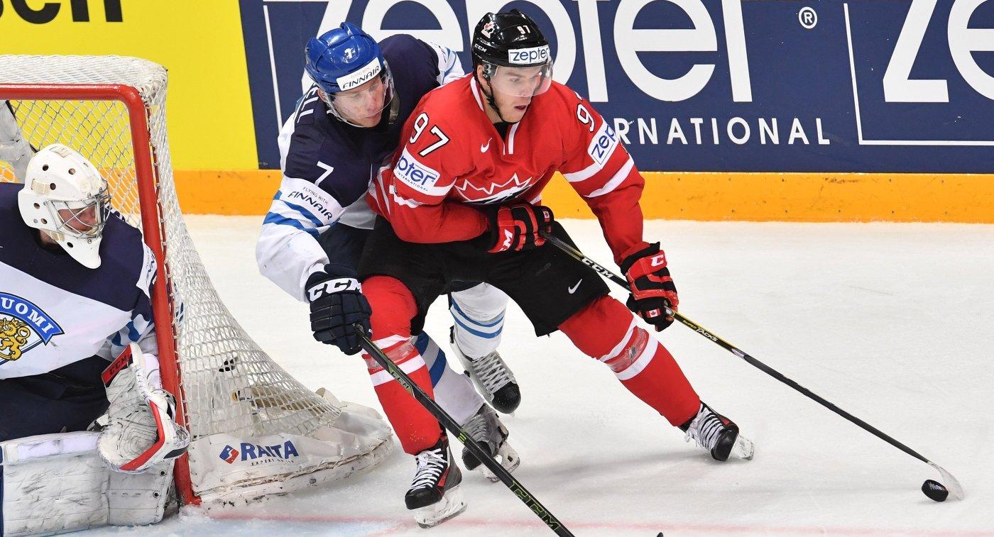 Вратарь сборной Финляндии Микко Коскинен, игрок сборной Финляндии Эса Линделль и игрок сборной Канады Коннор Макдэвид (слева направо)