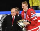 Президент России Владимир Путин (слева) и форвард сборной Канады Кори Перри