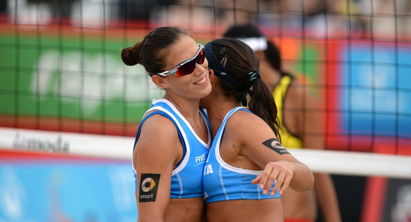 Игроки сборной Италии Марта Менегатти (слева) и Виктория Орси Тот в матче за 3-е место женского турнира этапа Большого шлема по пляжному волейболу