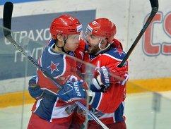 Игроки ПХК ЦСКА Никита Зайцев (слева) и Александр Радулов
