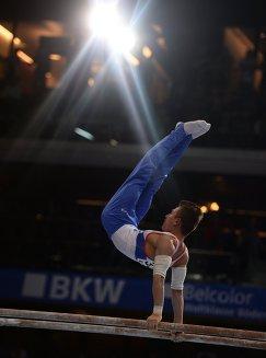 Давид Белявский (Россия) выполняет упражнения на брусьях