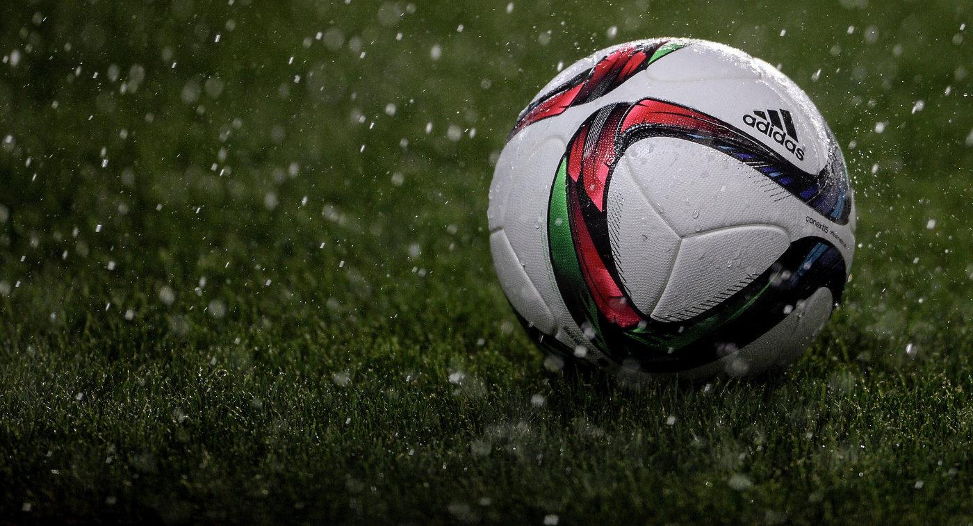 Футбольный мяч на игровом поле