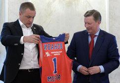 Президент ПБК ЦСКА Андрей Ватутин и почетный президент Единой Лиги ВТБ Сергей Иванов (справа)
