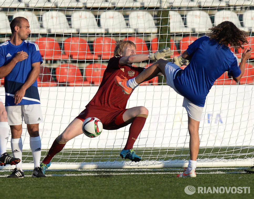 Экс-защитник сборной Испании Карлес Пуйоль (справа)