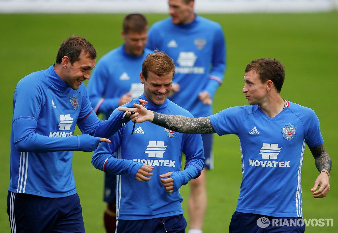 Футболисты сборной России Артем Дзюба, Александр Кокорин и Павел Мамаев (слева направо) на тренировке