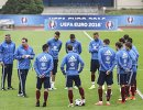Игроки и тренеры сборной России по футболу во время тренировки