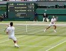 Новак Джокович и Роджер Федерер (слева направо) в финальном матче Уимблдонского теннисного турнира
