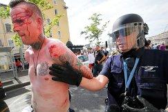 Задержание болельщика во время беспорядков в Старом порту Марселя