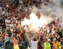 Болельщики жгут файеры во время матча Англия - Россия
