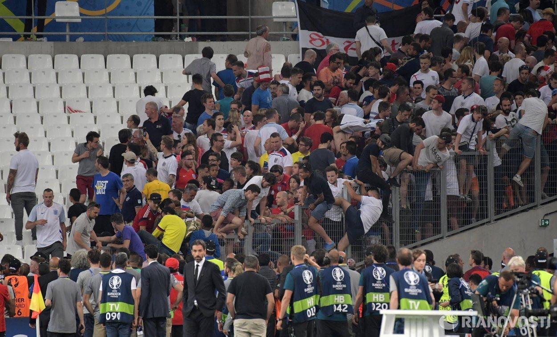 Болельщики после матча группового этапа чемпионата Европы-2016 по футболу между сборными Англии и России