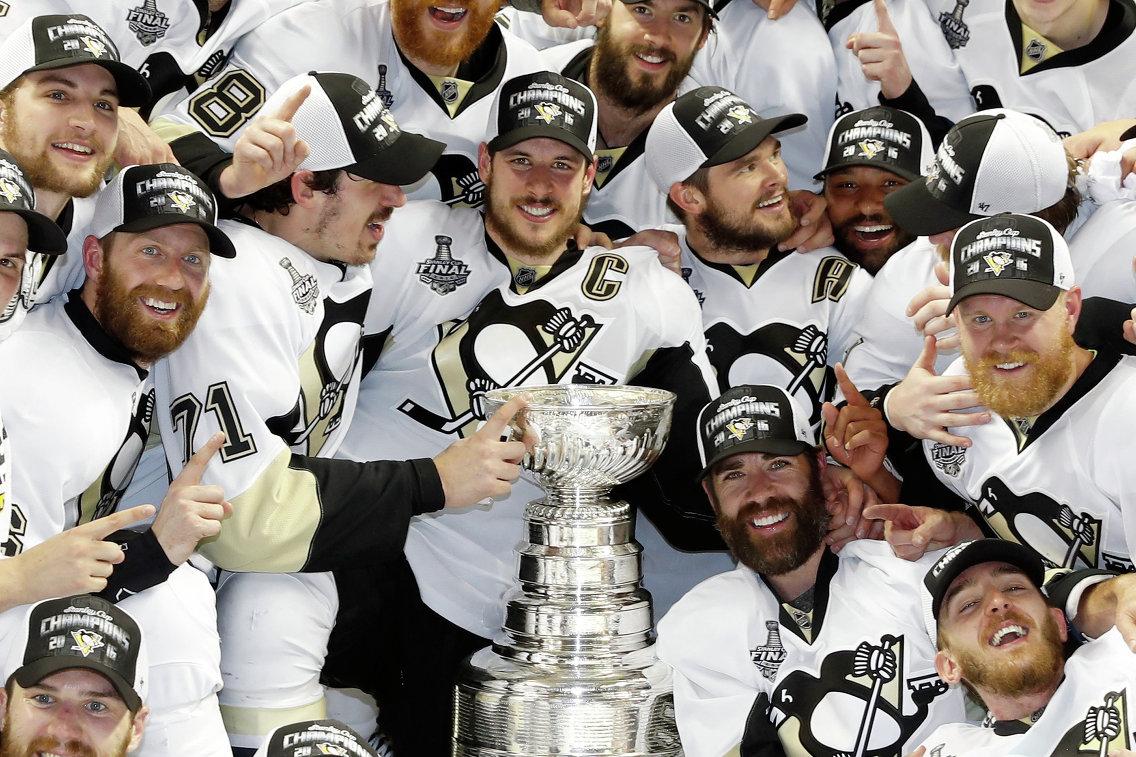 Хоккеисты Питтсбург Пингвинз с Кубком Стэнли