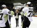 Хоккеисты Питтсбурга Евгений Малкин (справа) и Сидни Кросби с Кубком Стэнли