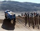Экипаж Андрея Каргинова из команды КамАЗ во время четвертого этапа ралли Дакар