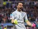 Вратарь сборной Италии Джанлуиджи Буффон радуется забитому мячу