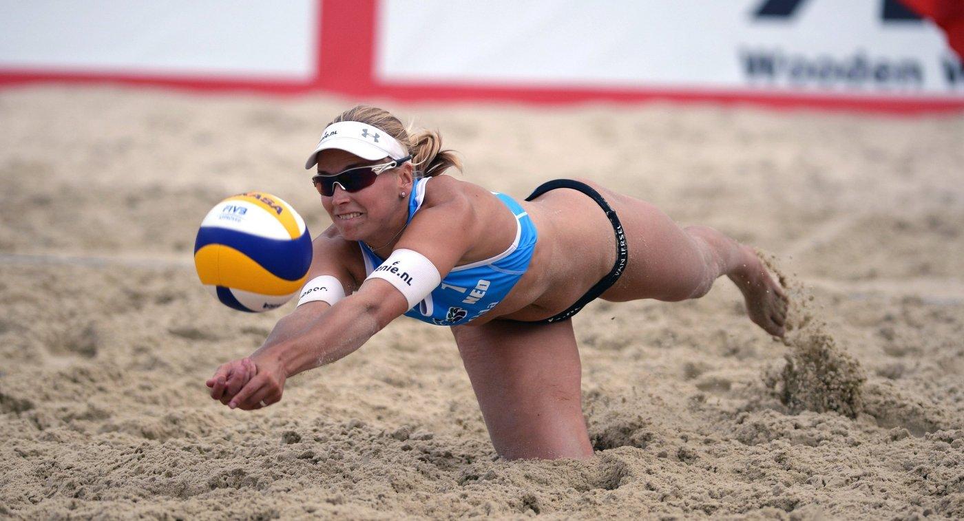 Игрок сборной Нидерландов Марлен ван Йерсель в финальном матче этапа Большого шлема по пляжному волейболу