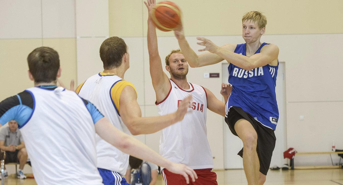 Баскетболисты сборной России Вячеслав Зайцев, Антон Понкрашов, Тимофей Мозгов (справа налево)