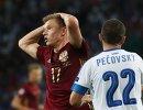 Полузащитник сборной России Олег Шатов (слева) после пропущенного гола