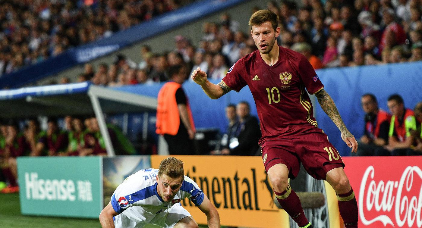 Защитник сборной Словакии Петер Пекарик (слева) и нападающий сборной России Федор Смолов