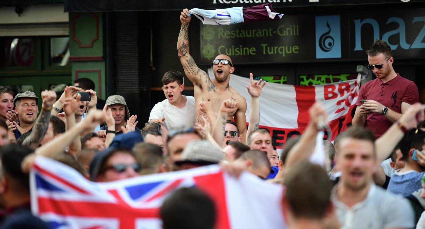 Английские фанаты в центре Лилля отмечают поражение сборной России