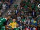 Защитник сборной Северной Ирландии Гарет Маколи забивает мяч