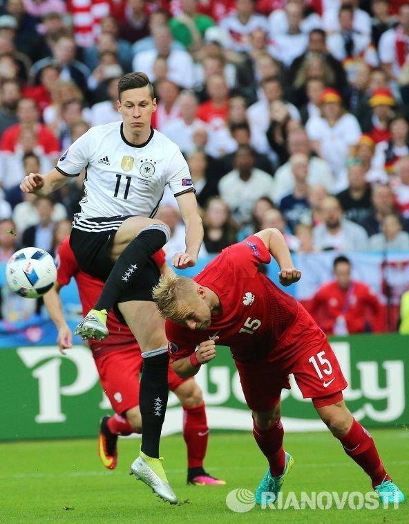 Полузащитник сборной Германии Юлиан Дракслер и защитник сборной Польши Камиль Глик (справа)