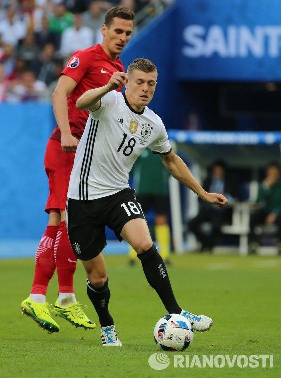 Полузащитник сборной Германии Тони Кроос (справа)