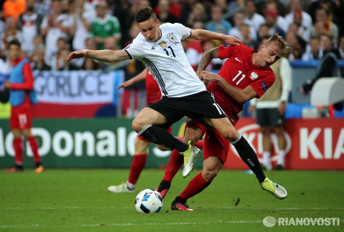 Полузащитник сборной Германии Юлиан Дракслер и полузащитник сборной Польши Камил Гросицкий (справа)
