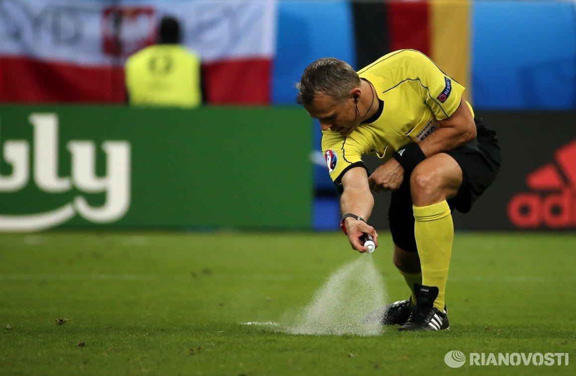 Главный судья матча группового этапа чемпионата Европы по футболу Германия - Польша Бьорн Кёйперс