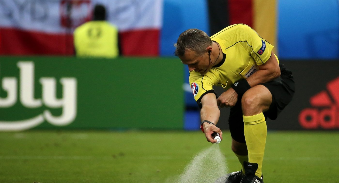 Главный судья матча группового этапа чемпионата Европы по футболу Германия- Польша Бьорн Кёйперс
