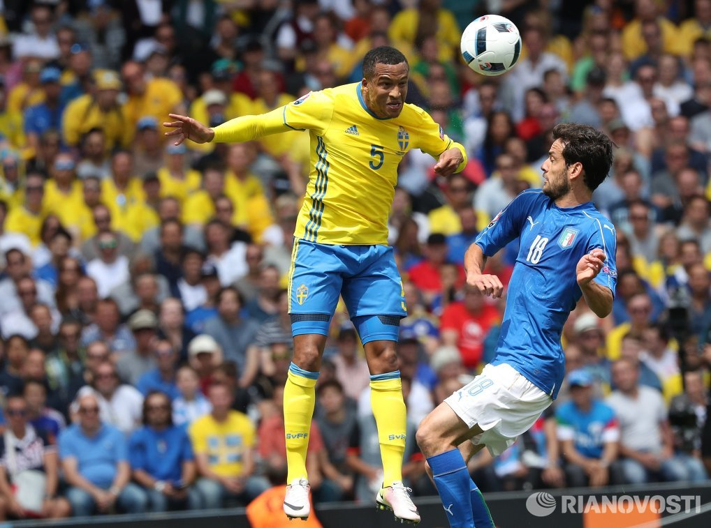 Защитник сборной Швеции Мартин Ольссон (слева) и полузащитник сборной Италии Марко Пароло