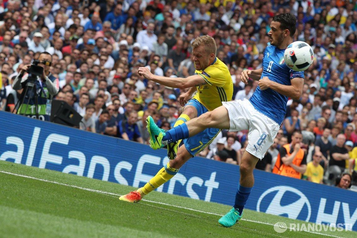 Полузащитники сборной Швеции Себастьян Ларссон (слева) и сборной Италии Алессандро Флоренци