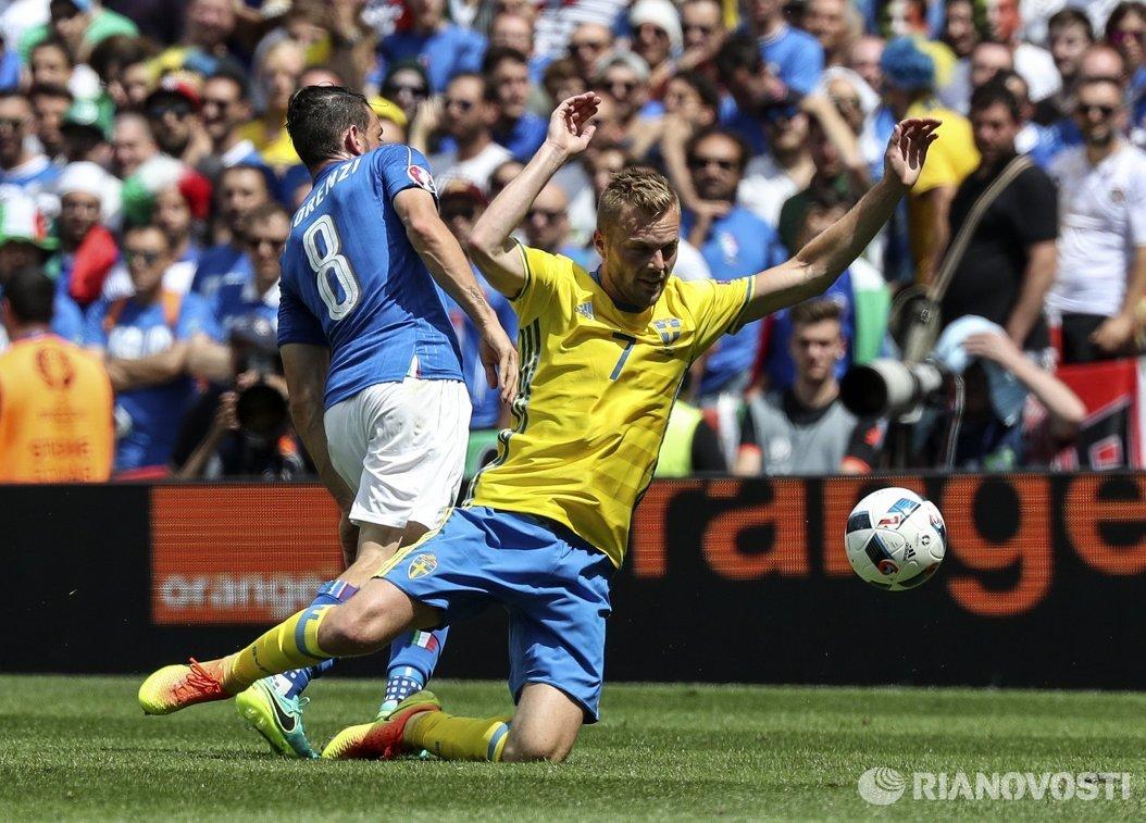 Полузащитники сборной Италии Алессандро Флоренци (слева) и сборной Швеции Себастьян Ларссон